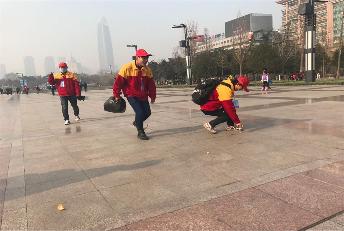 汽修学院志愿者到泉城广场捡垃圾